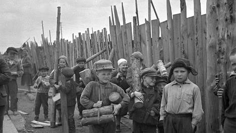 Lääkintäluutnantti Heikki Kalliala kuvasi puita hakevat lapset Petroskoissa jatkosodan aikana. Suomi sijoitti Itä-Karjalan venäläisväestöä leireille, koska heitä pidettiin epäluotettavina. Ensin leirejä kutsuttiin keskitysleireiksi, mutta sittemmin siirtoleireiksi, sillä ne oli tarkoitettu aiottuja väestönsiirtoja varten.