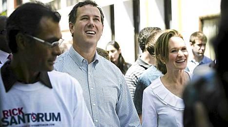 Senaattori Rick Santorum (kesk.) ja vaimonsa Karen Santorum (oik.) Old Cityssä.