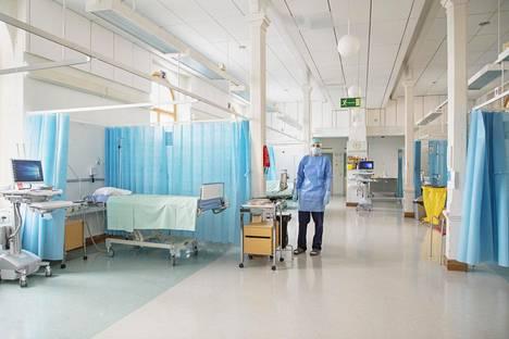 Koronavuodeosastolla on jo väljää. Keuhkolääkäri Juuso Paajanen työskentelee yli sata vuotta vanhassa Kirurgisessa sairaalassa, josta tehtiin koronasairaala pikavauhdilla.