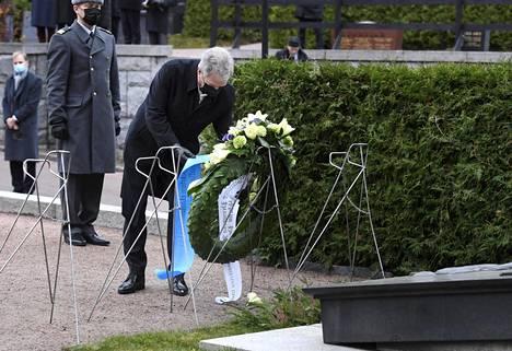 Presidentti Sauli Niinistö osallistui seppeleenlaskuun J. K. Paasikiven haudalle Hietaniemen hautausmaalla.