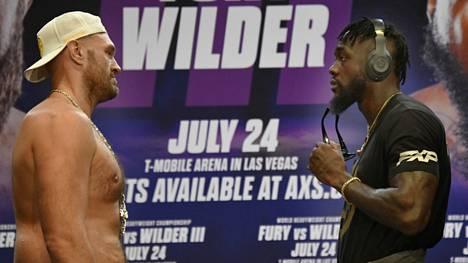 Tyson Fury (vas.) ja Deontay Wilder lehdistötilaisuudessa kesällä. Huippuottelu jouduttiin siirtämään lokakuulle Furyn koronatartunnan takia.