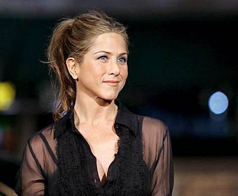 Jennifer Aniston tapailee nyt kuvauksissa tapaamaansa miestä.
