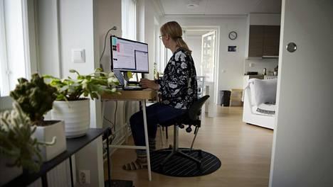 Etätyöläinen kotonaan Espoossa 2. lokakuuta 2020.