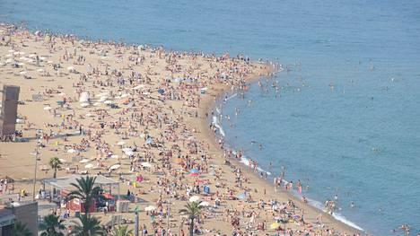 Barcelonassa on useita, aallonmurtajilla toisistaan erotettuja, hiekkarantoja. Barcelonetan ranta on vilkkain. Juhannuksena siellä on paljon juhlijoita eväineen.