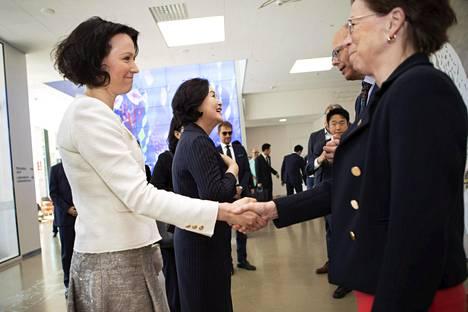 Rouva Haukio ja rouva Kim tervehtivät Uuden lastensairaalan edustajia.