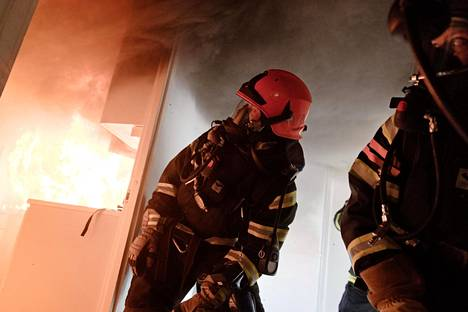 2044–3201 euroa. Palomiehet ovat lähes sataprosenttisesti miehiä.