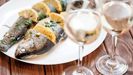 Valkolihainen kala nauttii valkoisesta viinistä.