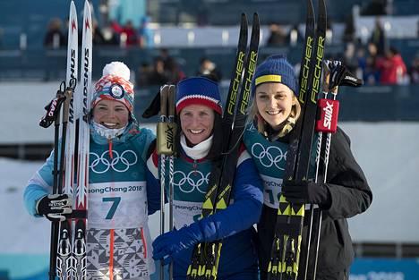 Maastohiihdon puolella Nilsson (oik.) nappasi muun muassa olympiapronssia – Pyeongchangissa 2018 naisten 30 kilometrillä, jolloin Krista Pärmäkoski (vas.) sijoittui toiseksi ja kisan voitti Norjan Marit Björgen.