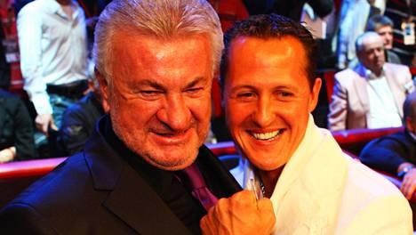 Willi Weber (vas.) ja Michael Schumacher kuvattiin ammattinyrkkeilyillan katsomossa Saksassa 2009.