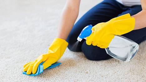 Mikään ei estä kokeilemasta yleispuhdistussuihketta vaikka mattoon. Jos tosin uhkana on se, että matosta saattaa irrota väriä, kannattaa asiaa ehkä vielä harkita.