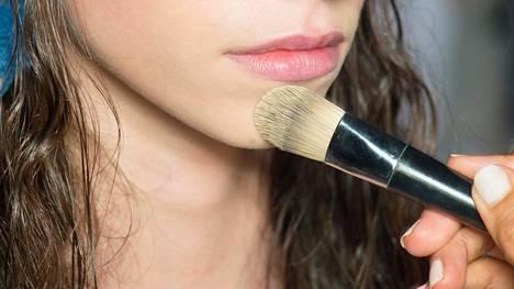Öljyttömät meikkivoiteet sulautuvat kauniisti ihoon ja pitävät kasvot raikkaan tuntuisina.