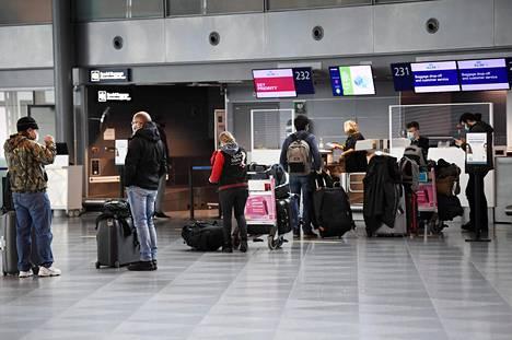 Lentoasemien työntekijöiden on käytettävä suu-nenäsuojainta. Myös matkustajien on syytä käyttää maskia.