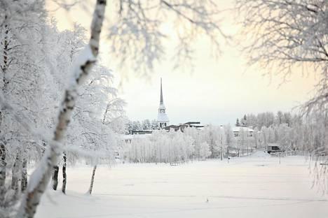 Kuusamon kirkko talvisessa asussa.