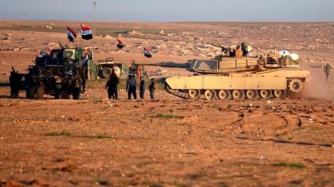 Tuoreet kuvat Mosulin ulkopuolelta osoittavat irakilaisjoukkojen valmistelevan hyökkäystä äärijärjestö Isisin hallussaan pitämille alueille.