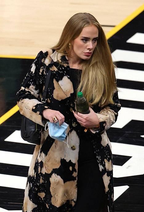 Adelen on huhuttu aiemmin olevan yhdessä muun muassa artisti Skeptan kanssa.