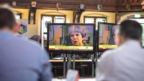 Pääministeri Theresa May vaaliväittelyssä televisiossa.