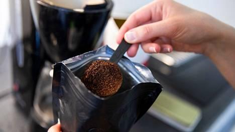 Kahvinkeitin kannattaa aina ladata jo iltaisin, Riina, 26, sanoo.