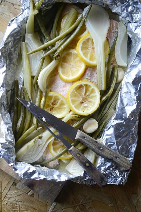 Folionyytin sisään muodostuu fenkolista, sitruunasta sekä vakosipulista herkullinen liemi.