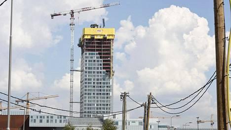 Tornitalo Majakan 32 kerroksesta helmikuun lopulla paljastunut vuoto viivästyttää valmistumista ja aiheuttaa tuntuvat kustannukset.