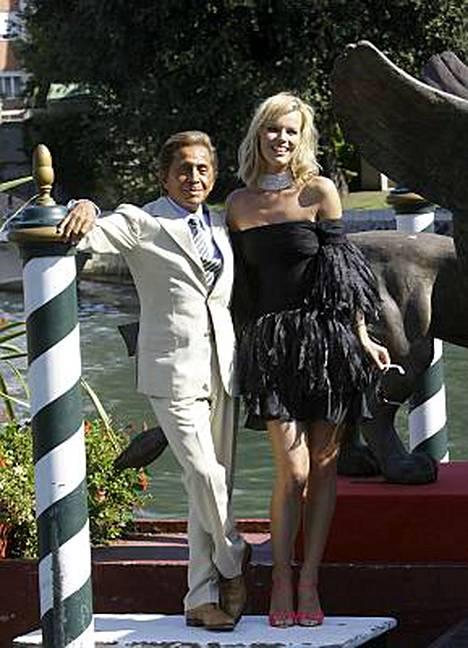 Italialainen muotisuunnittelija Valentino tuli katsomaan itsestään kertovaa Valentino: The Last Emperor -elokuvaa seuralaisenaan entinen huippumalli Eva Herzigova.
