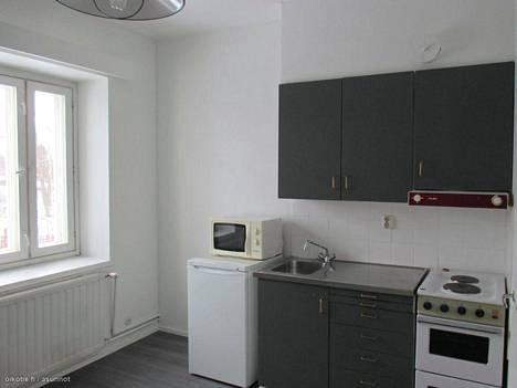 Tämä Orimattilassa sijaitseva, 15 neliön yksiö on myyntihinnaltaan 18 900 €. Asuntoon on mahdutettu melko tilava keittiö, jossa mikro on ovelasti sijoitettu jääkaapin päälle.
