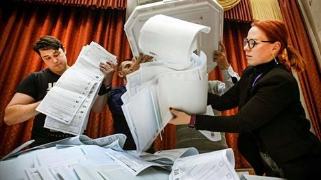 On olemassa epäilyjä, että Moskovassa annettujen sähköäänten jakauma eroaa suuresti paperiäänten jakaumasta, mikä viittaa puolestaan vilppiin.