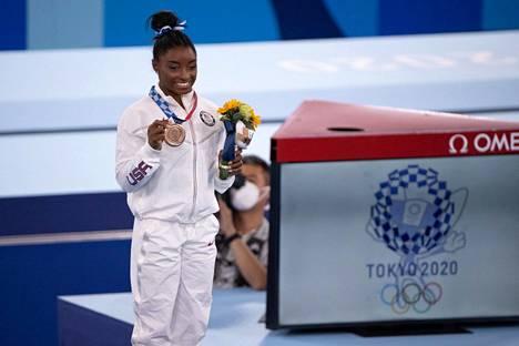 Vaikeuksiensa jälkeen Simone Biles päätti olympialaiset puomin telinefinaalin pronssiin. Hän eteni karsinnasta kaikkiin neljään telinefinaaliin, mutta vetäytyi kaikista muista paitsi viimeisenä olleesta puomifinaalista.