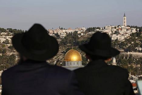 Kaksi ultraortodoksijuutalaista miestä katseli kohti Temppelivuorta Jerusalemissa viime viikolla. Juutalaisten ohella myös muslimien pyhänä pitämällä kukkulalla sijaitsee nykyään Kalliomoskeija sekä al-Aqsan moskeija.