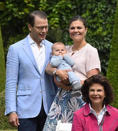 Prinssi Daniel, kruununprinsessa Victoria ja kuningatar Silvia olivat yhtä hymyä, prinssi Oscar tarkasteli ympäristöään hämmentyneenä.