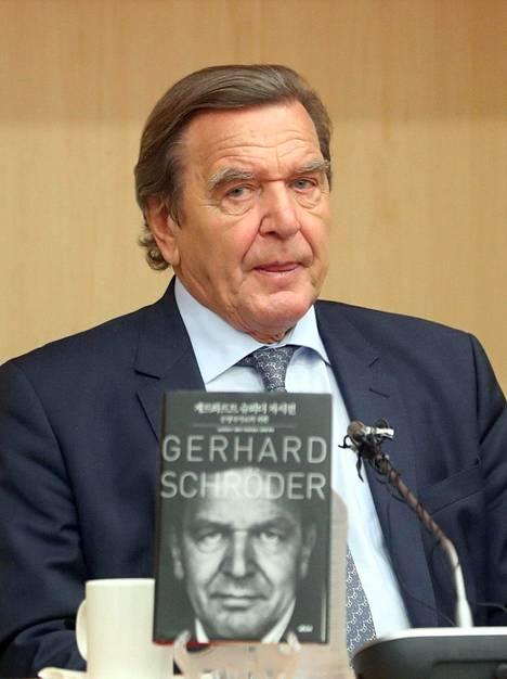 Schröder ja Kim nähtiin yhdessä Soulissa, kun ex-kansleri oli kampanjoimassa koreaksi käännettyä elämänkertaansa.