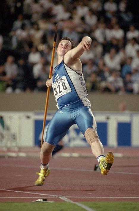 Kimmo Kinnunen on keihään maailmanmestari Tokiosta 1991.