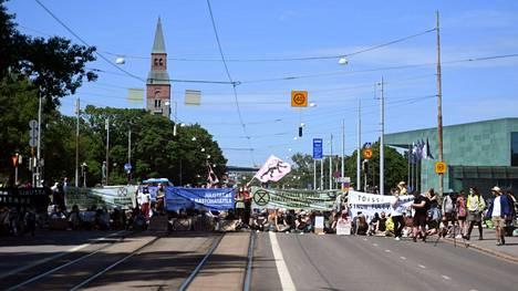 Helsingin Mannerheimintie on poikki ympäristöliikkeen mielenosoituksen takia.