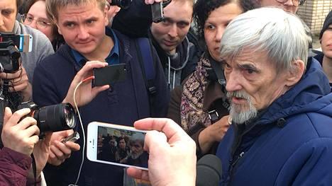 Juri Dmitrijev kuvattu huhtikuussa 2018 Petroskoissa oikeudenkäynnin jälkeen.