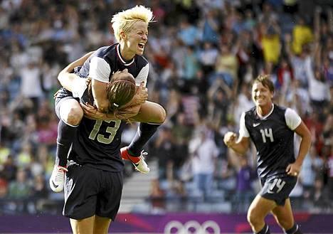 Itse asiassa se alkoi jo. Vaikka Lontoon olympialaisten avajaisia vietetään vasta perjantaina, ovat kilpailutapahtumat jo käynnissä. Keskiviikkona naisten jalkapallon hallitseva olympiavoittaja Yhdysvallat kukisti Ranskan 4-2 olympiaturnauksen G-lohkon ensimmäisen kierroksen ottelussa. Alex Morgan (13) juhlii Yhdysvaltain maalia nappaamalla Megan Rapinoen syliinsä. G-lohkon toisessa ottelussa Pohjois-Korea voitti Kolumbian 2–0. Tänään Lontoossa alkaa miesten jalkapallon olympiaturnaus.
