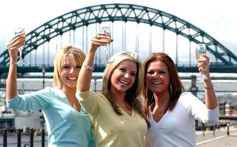 Sarah (kesk.) yhdessä siskojensa Emman (vas.) ja Alexin (oik.) kanssa juhlimassa lottovoittoaan keväällä 2005.