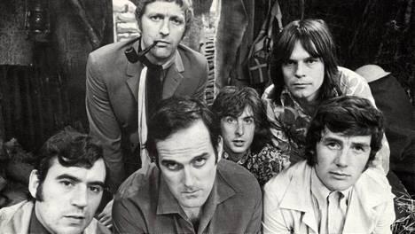 Eturivissä Terry Jones, John Cleese, Michael Palin, takarivissä Graham Chapman, Eric Idle ja Terry Gilliam