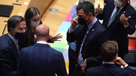 EU-johtajat olivat viikonloppuna koolla Brysselissä (kuvassa Mark Rutte, Sanna Marin, Charles Michel, Pedro Sanchez ja Emmanuel Macron).