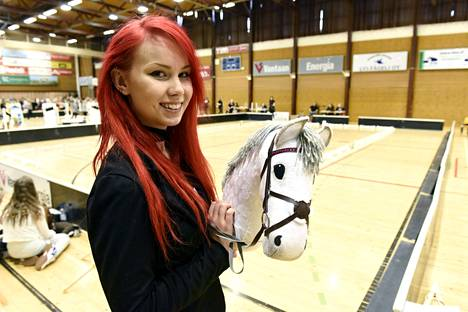 Alisa Aarniomäki ei enää itse kilpaile keppihevoskilpailussa, mutta auttaa tapahtumien järjestämisessä.
