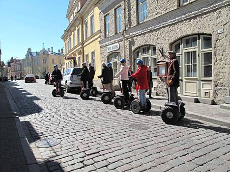 Turistit huristelivat vuokrattavilla Segwayllä Tallinnassa 2014.