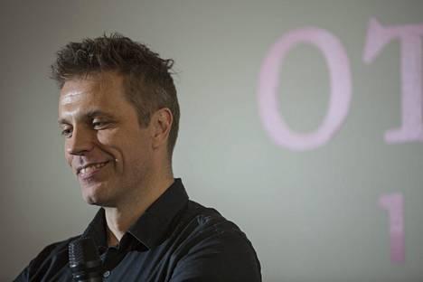 Sarasvuo tuli tunnetuksi 1990-luvulla television Hyvät, pahat ja rumat -ohjelmasta, jota hän juonsi yhdessä Simo Rantalaisen kanssa.