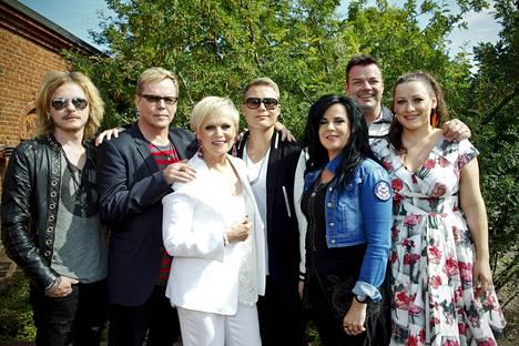 Ensimmäisellä Vain elämää -kaudella olivat Kaija Koon lisäksi Jonne Aaron, Nipa Neuman, Katri Helena, Cheek, Jari Sillanpää ja Erin.