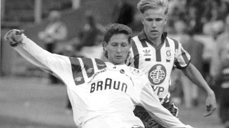 FinnPan Kari Rissanen (vas.) ja HJK:n Pekka Onttonen kamppailevat pallosta.