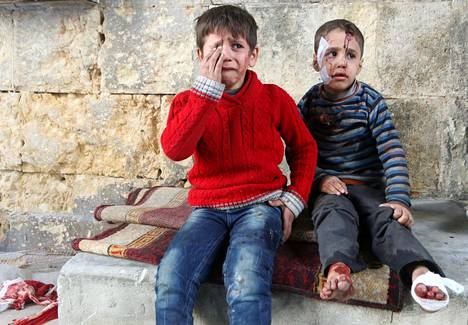 Kaksi ilmaiskussa loukkaantunutta poikaa saapuivat saamaan hoitoa kenttäsairaalaan Itä-Aleppossa perjantaina. Seuraavana päivänä kaikkien sairaaloiden kerrottiin joutuneen käytännössä lopettamaan toimintansa.