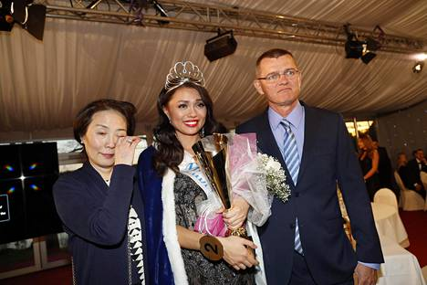 Shirly Karvinen vanhempiensa Junin ja Arin kanssa.