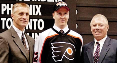 Philadelphia Flyers varasi Joni Pitkäsen NHL:n kesän 2002 varaustilaisuudessa.
