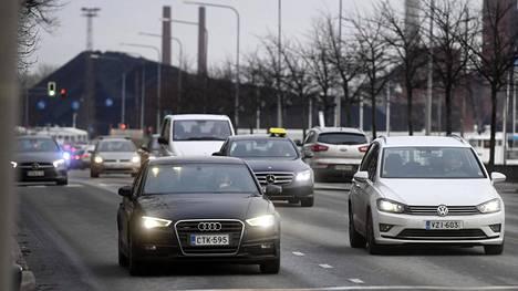 Henkilöautoilu edustaa Suomen kasvihuonepäästöistä noin kymmenettä osaa. Tieliikenteeltä kerätään noin kahdeksan miljardia euroa veroja vuodessa.