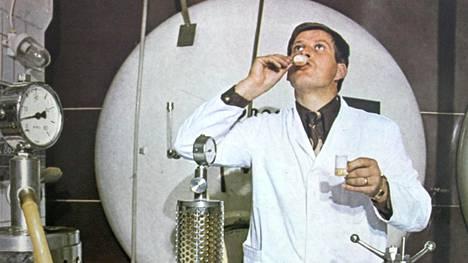 Kuvassa vuodelta 1973 panimomestari Leo Andelin tekee makukoetta suodatetusta oluesta pienellä mittalasilla.