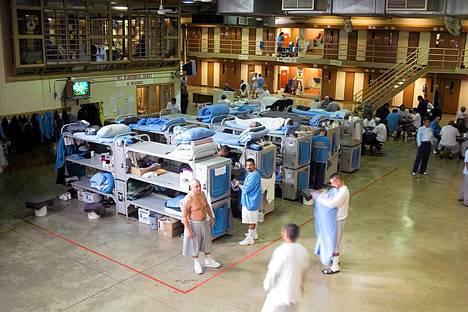 Kalifornialaisessa Mule Creek Staten vankilassa osa vangeista nukkuu sellien puutteen vuoksi yleisissä tiloissa.