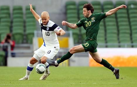 Teemu Pukki (vas.) ja Harry Arter lennokkaassa pallotaistelussa sunnuntain ottelussa, jossa Suomi voitti Irlannin 1–0.