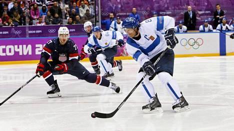 Sotshin olympialaisten jääkiekkoturnauksen pronssipelin voittomaali lähtee tässä: Teemu Selänne viskaa rystyltä Suomen 1-0-johtoon USA:ta vastaan.